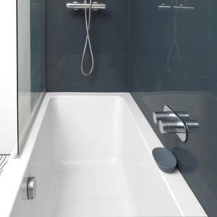 Idee per una stanza da bagno per bambini minimal di medie dimensioni con vasca da incasso, vasca/doccia, WC monopezzo, piastrelle multicolore, piastrelle di cemento, pareti grigie, pavimento in linoleum, lavabo sospeso, pavimento multicolore e doccia aperta