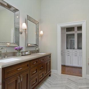 Idéer för ett stort klassiskt en-suite badrum, med luckor med profilerade fronter, skåp i mellenmörkt trä, dusch med gångjärnsdörr, ett undermonterat badkar, en hörndusch, grå kakel, keramikplattor, beige väggar, vinylgolv, ett undermonterad handfat, bänkskiva i rostfritt stål och grått golv