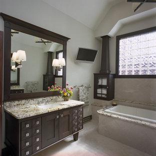 Modelo de cuarto de baño principal, actual, grande, con encimera de granito, armarios estilo shaker, puertas de armario de madera en tonos medios, bañera encastrada, baldosas y/o azulejos beige, baldosas y/o azulejos de cerámica, paredes beige, suelo de baldosas de cerámica y lavabo bajoencimera