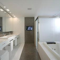 Contemporary Bathroom by Eduarda Correa Arquitetura & Interiores