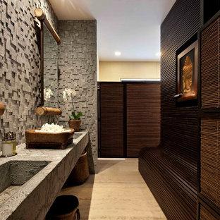 Ejemplo de cuarto de baño principal, de estilo zen, con baldosas y/o azulejos de piedra, lavabo integrado y suelo beige