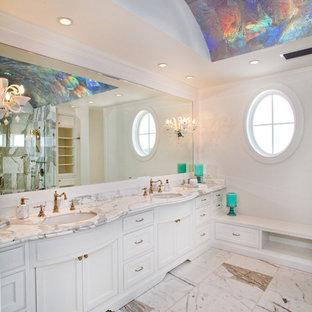 Inspiration för stora klassiska vitt en-suite badrum, med ett undermonterad handfat, luckor med profilerade fronter, vita skåp, vita väggar, marmorgolv, marmorbänkskiva och vitt golv