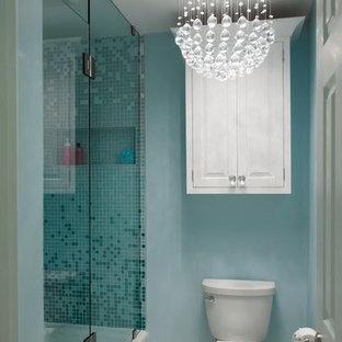 ナッシュビルの中サイズのエクレクティックスタイルのおしゃれな子供用バスルーム (ベッセル式洗面器、インセット扉のキャビネット、白いキャビネット、珪岩の洗面台、アルコーブ型浴槽、アルコーブ型シャワー、分離型トイレ、白いタイル、モザイクタイル、青い壁、磁器タイルの床) の写真