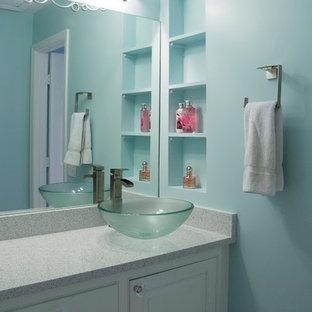 ナッシュビルの中サイズのエクレクティックスタイルのおしゃれな子供用バスルーム (ベッセル式洗面器、インセット扉のキャビネット、白いキャビネット、珪岩の洗面台、アルコーブ型浴槽、アルコーブ型シャワー、分離型トイレ、白いタイル、モザイクタイル、青い壁) の写真