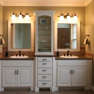 Idee per una grande stanza da bagno padronale tradizionale con ante con bugna sagomata, ante bianche, piastrelle beige, piastrelle di cemento, pavimento in pietra calcarea, lavabo da incasso e top alla veneziana