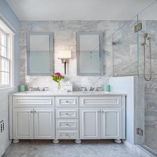 シャーロットの大きいトランジショナルスタイルのおしゃれなバスルーム (浴槽なし) (インセット扉のキャビネット、白いキャビネット、アルコーブ型シャワー、グレーのタイル、大理石タイル、白い壁、大理石の床、アンダーカウンター洗面器、珪岩の洗面台、グレーの床、開き戸のシャワー、白い洗面カウンター) の写真