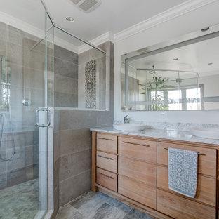 Стильный дизайн: ванная комната среднего размера в современном стиле с плоскими фасадами, фасадами цвета дерева среднего тона, душем в нише, серой плиткой, серыми стенами, настольной раковиной, разноцветным полом, душем с распашными дверями и разноцветной столешницей - последний тренд