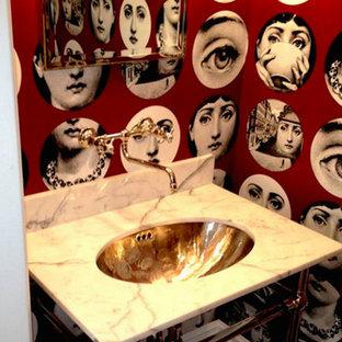 Diseño de cuarto de baño ecléctico, pequeño, con lavabo con pedestal, encimera de mármol y paredes multicolor