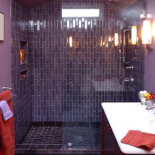 Foto de cuarto de baño principal, clásico renovado, pequeño, con lavabo integrado, armarios con paneles lisos, puertas de armario de madera oscura, encimera de acrílico, ducha abierta, baldosas y/o azulejos multicolor, baldosas y/o azulejos de cerámica, paredes púrpuras y suelo de baldosas de cerámica