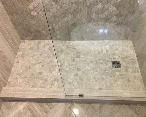 Salle de bain avec un sol en galet et du carrelage en for Carrelage en pierre calcaire