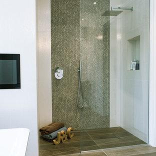 Foto de cuarto de baño actual con ducha a ras de suelo, baldosas y/o azulejos marrones, azulejos en listel, paredes blancas y ducha abierta