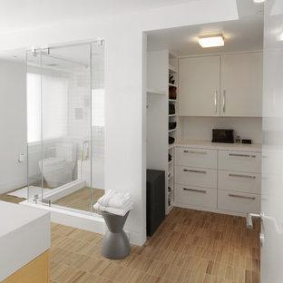 На фото: ванная комната в стиле модернизм с плиткой под дерево с