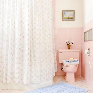 Modelo de cuarto de baño con ducha, tradicional, grande, con armarios abiertos, puertas de armario blancas, bañera esquinera, ducha esquinera, sanitario de dos piezas, baldosas y/o azulejos rosa, baldosas y/o azulejos de cerámica, paredes blancas, suelo de baldosas de cerámica, lavabo sobreencimera, encimera de acero inoxidable, suelo rosa, ducha con cortina y encimeras blancas