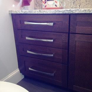 Inspiration för små moderna badrum för barn, med ett undermonterad handfat, släta luckor, skåp i mörkt trä, granitbänkskiva, ett platsbyggt badkar, en toalettstol med hel cisternkåpa, grå kakel, stenkakel, vita väggar och klinkergolv i keramik
