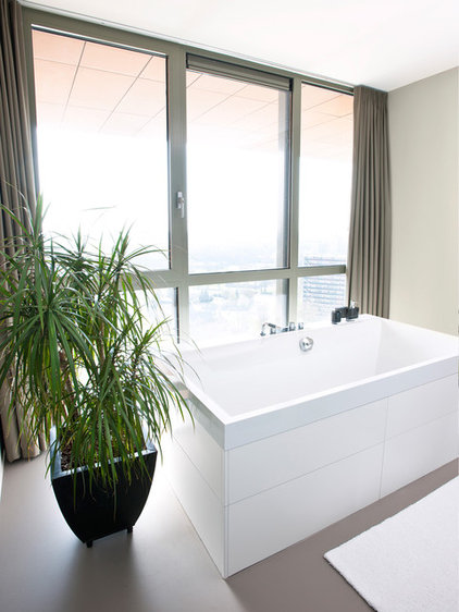 Modern Bathroom by HUISSTYLING