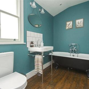 Foto di una stanza da bagno vittoriana di medie dimensioni con vasca con piedi a zampa di leone, WC a due pezzi, piastrelle diamantate, pareti blu, parquet scuro, lavabo a consolle e pavimento marrone