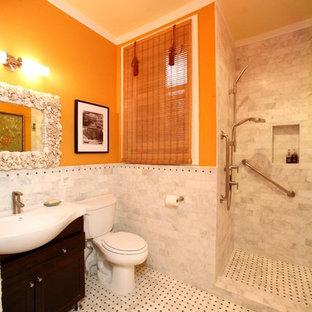 Immagine di una stanza da bagno chic con doccia aperta e pareti arancioni