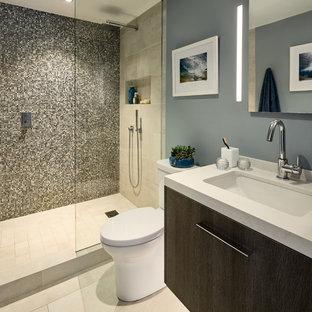 サンフランシスコの小さいコンテンポラリースタイルのおしゃれなマスターバスルーム (フラットパネル扉のキャビネット、ヴィンテージ仕上げキャビネット、オープン型シャワー、一体型トイレ、マルチカラーのタイル、ガラスタイル、青い壁、磁器タイルの床、アンダーカウンター洗面器、珪岩の洗面台、ベージュの床、オープンシャワー) の写真