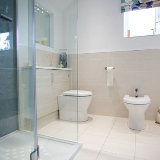 Immagine di una stanza da bagno minimal di medie dimensioni con ante lisce, ante in legno chiaro, doccia aperta, piastrelle beige, pareti beige, pavimento con piastrelle in ceramica, lavabo rettangolare e top in superficie solida