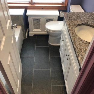Idee per una piccola stanza da bagno padronale minimalista con ante in stile shaker, ante bianche, vasca freestanding, WC a due pezzi, piastrelle in gres porcellanato, pareti viola, pavimento in gres porcellanato, lavabo sottopiano, top in granito e pavimento grigio