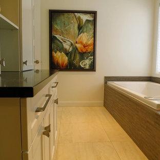 Imagen de cuarto de baño principal, clásico renovado, de tamaño medio, con armarios estilo shaker, puertas de armario blancas, jacuzzi, ducha abierta, sanitario de pared, paredes blancas, suelo de baldosas de porcelana, lavabo bajoencimera, encimera de cuarcita, suelo amarillo, ducha abierta y encimeras negras