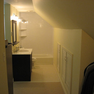 Пример оригинального дизайна: маленькая ванная комната в классическом стиле с фасадами в стиле шейкер, коричневыми фасадами, ванной в нише, душем над ванной, раздельным унитазом, белой плиткой, плиткой кабанчик, оранжевыми стенами, полом из керамической плитки, душевой кабиной, врезной раковиной и столешницей из гранита