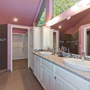 Esempio di una grande stanza da bagno padronale shabby-chic style con doccia aperta, piastrelle grigie, pareti rosa, ante bianche, lavabo a bacinella e piastrelle di vetro