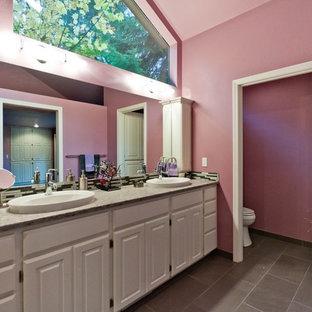 Immagine di una grande stanza da bagno padronale stile shabby con doccia aperta, piastrelle grigie, pareti rosa, ante bianche, lavabo a bacinella, ante con bugna sagomata, top in quarzo composito e piastrelle di vetro