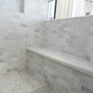 Imagen de sauna minimalista, de tamaño medio, con armarios estilo shaker, puertas de armario blancas, bañera exenta, baldosas y/o azulejos grises, baldosas y/o azulejos blancos, baldosas y/o azulejos de piedra, paredes blancas, suelo con mosaicos de baldosas, lavabo bajoencimera y encimera de mármol