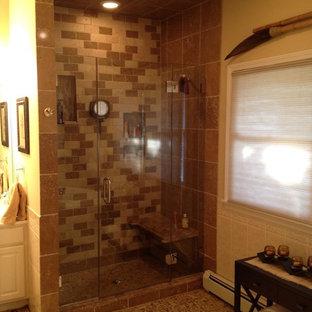 Foto di una stanza da bagno padronale tropicale di medie dimensioni con WC monopezzo, piastrelle marroni, piastrelle di ciottoli, pareti beige, pavimento con piastrelle in ceramica e zona vasca/doccia separata