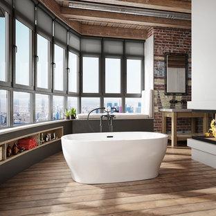 Idee per una stanza da bagno padronale industriale con nessun'anta, ante marroni, vasca freestanding, pareti rosse, pavimento in legno massello medio, pavimento marrone e top bianco