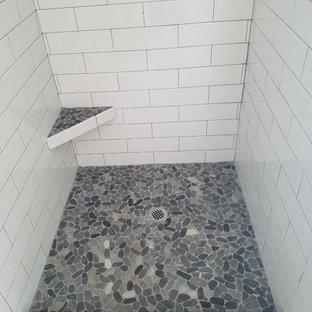 Esempio di una stanza da bagno padronale classica di medie dimensioni con vasca da incasso, doccia aperta, piastrelle bianche, piastrelle di vetro, pareti grigie, pavimento in cementine e top piastrellato