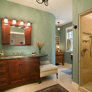 Cette image montre une grande douche en alcôve principale traditionnelle avec un lavabo encastré, un placard à porte shaker, des portes de placard en bois sombre, un mur vert, un WC séparé, un sol en calcaire, un plan de toilette en granite, un sol beige, une cabine de douche à porte battante et un plan de toilette vert.