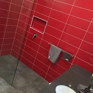 メルボルンのコンテンポラリースタイルのおしゃれな浴室 (白いキャビネット、オープン型シャワー、一体型トイレ、グレーのタイル、赤い壁、オーバーカウンターシンク、クオーツストーンの洗面台) の写真