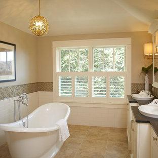 Ispirazione per una grande stanza da bagno padronale classica con lavabo da incasso, ante in stile shaker, ante bianche, vasca freestanding, piastrelle beige, pareti beige, pavimento in travertino, WC a due pezzi, piastrelle a mosaico, top in saponaria e pavimento beige