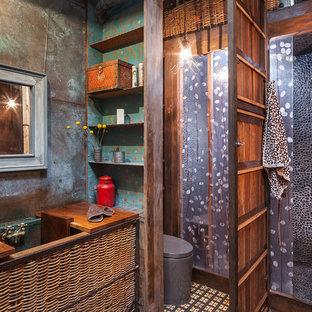Esempio di una stanza da bagno industriale con lavabo sottopiano, consolle stile comò e piastrelle di ciottoli