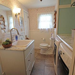 クリーブランドの小さいカントリー風おしゃれなバスルーム (浴槽なし) (オーバーカウンターシンク、落し込みパネル扉のキャビネット、白いキャビネット、ラミネートカウンター、分離型トイレ、白いタイル、緑の壁、洗濯室) の写真