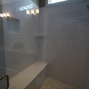 Immagine di una grande sauna tradizionale con piastrelle bianche, piastrelle diamantate e pareti grigie