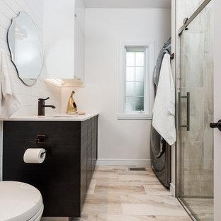 Immagine di una stanza da bagno con doccia minimal di medie dimensioni con ante lisce, ante in legno bruno, doccia a filo pavimento, WC sospeso, piastrelle beige, pareti bianche, pavimento in gres porcellanato, lavabo sottopiano, top in superficie solida e porta doccia scorrevole
