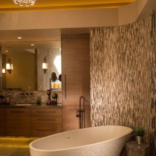 Imagen de cuarto de baño principal, asiático, de tamaño medio, con lavabo encastrado, armarios con rebordes decorativos, puertas de armario con efecto envejecido, encimera de cuarcita, bañera encastrada, ducha esquinera, sanitario de una pieza, baldosas y/o azulejos azules y baldosas y/o azulejos de cemento