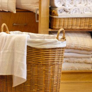 Foto de cuarto de baño moderno, de tamaño medio, con puertas de armario de madera clara, jacuzzi, ducha esquinera, sanitario de una pieza, baldosas y/o azulejos grises, paredes azules, suelo de madera clara, lavabo encastrado y encimera de granito