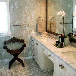 Inspiration pour une salle de bain traditionnelle avec un plan de toilette en marbre, carrelage en mosaïque et un mur multicolore.