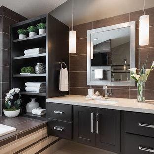 Idéer för ett stort modernt en-suite badrum, med skåp i shakerstil, ett platsbyggt badkar, ett undermonterad handfat, grå väggar, skåp i mörkt trä, brun kakel, porslinskakel och beiget golv