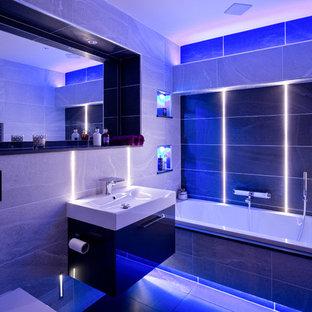 Idéer för ett litet modernt badrum för barn, med ett platsbyggt badkar