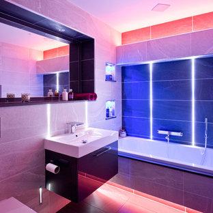 他の地域の小さいコンテンポラリースタイルのおしゃれな浴室 (一体型シンク、フラットパネル扉のキャビネット、濃色木目調キャビネット、ドロップイン型浴槽) の写真