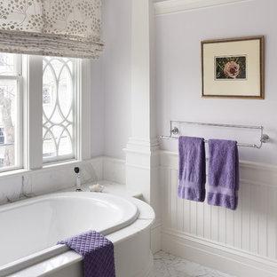 Ispirazione per una stanza da bagno padronale tradizionale con vasca da incasso, ante bianche, top in marmo, piastrelle bianche e pareti viola