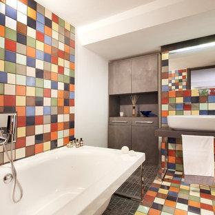 Idee per una stanza da bagno padronale minimalista di medie dimensioni con vasca freestanding, lavabo a bacinella, piastrelle in ceramica, pavimento con piastrelle in ceramica, pareti multicolore e pavimento multicolore
