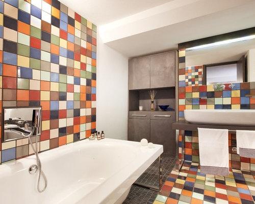 salle de bain moderne avec un mur multicolore photos et id es d co de salles de bain. Black Bedroom Furniture Sets. Home Design Ideas