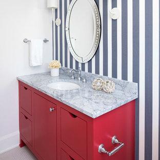 Cette photo montre une salle d'eau bord de mer de taille moyenne avec un placard à porte plane, des portes de placard rouges, une douche à l'italienne, un WC séparé, un mur multicolore, un sol en carrelage de céramique, un lavabo encastré, un plan de toilette en marbre, un sol blanc et une cabine de douche à porte battante.