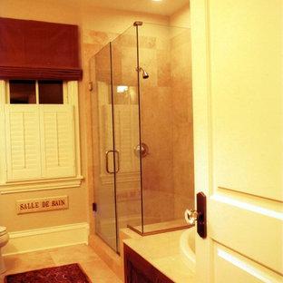 Foto de cuarto de baño de estilo de casa de campo, pequeño, con lavabo bajoencimera, armarios estilo shaker, puertas de armario blancas, encimera de mármol, jacuzzi, ducha abierta, sanitario de dos piezas, paredes beige y suelo de mármol